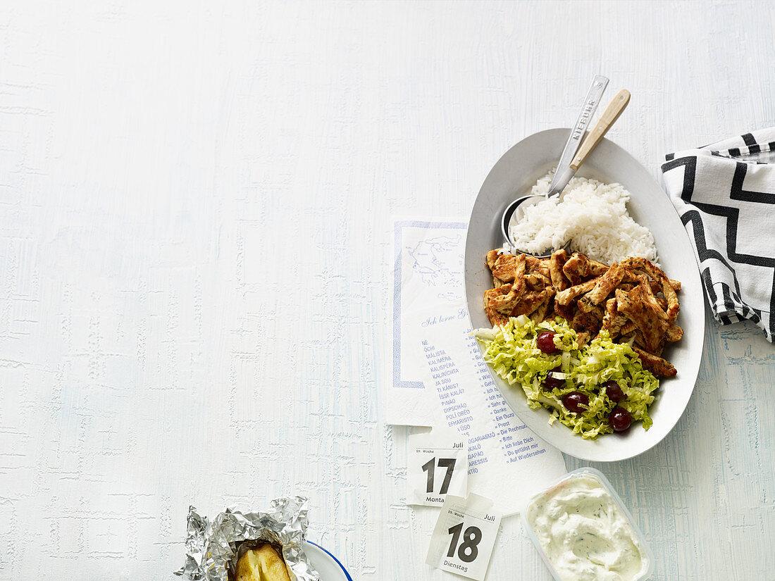 Puten-Gyros mit Reis und Trauben-Chinakohl-Salat