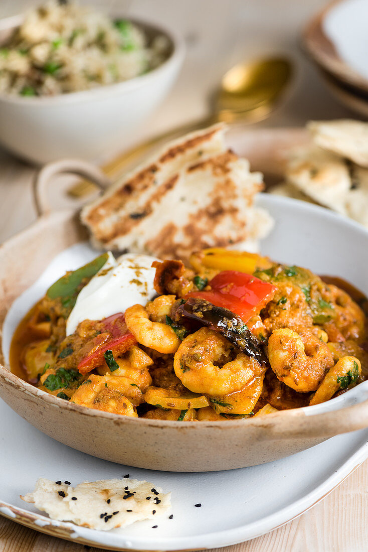 Shrimp curry with paprika and flatbread