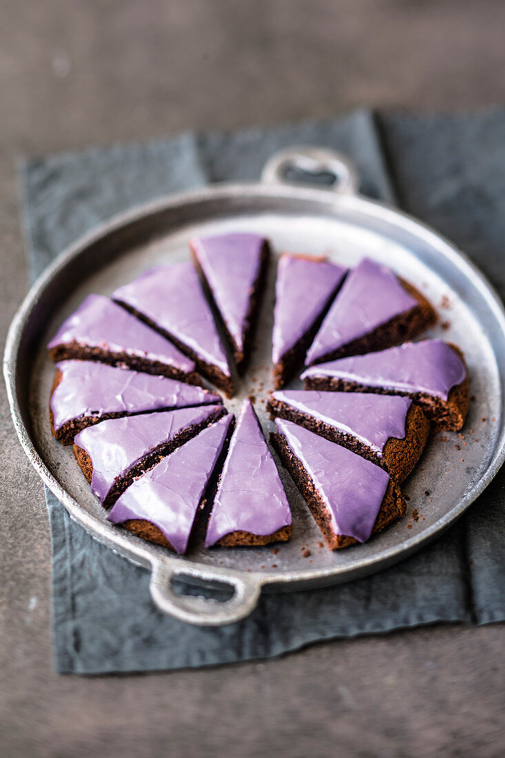 Pan-baked purple mulled wine cake