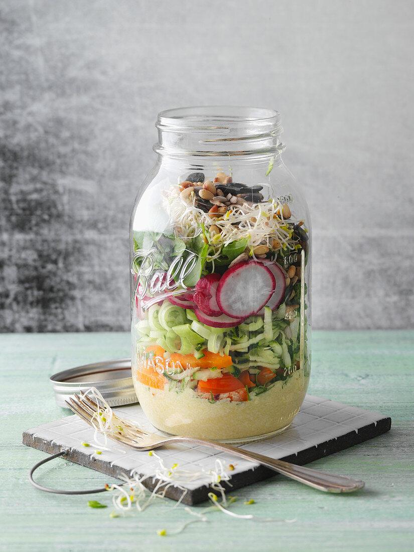 Kräuter-Rohkost mit Gemüse, Tofu und Sprossen im Glas