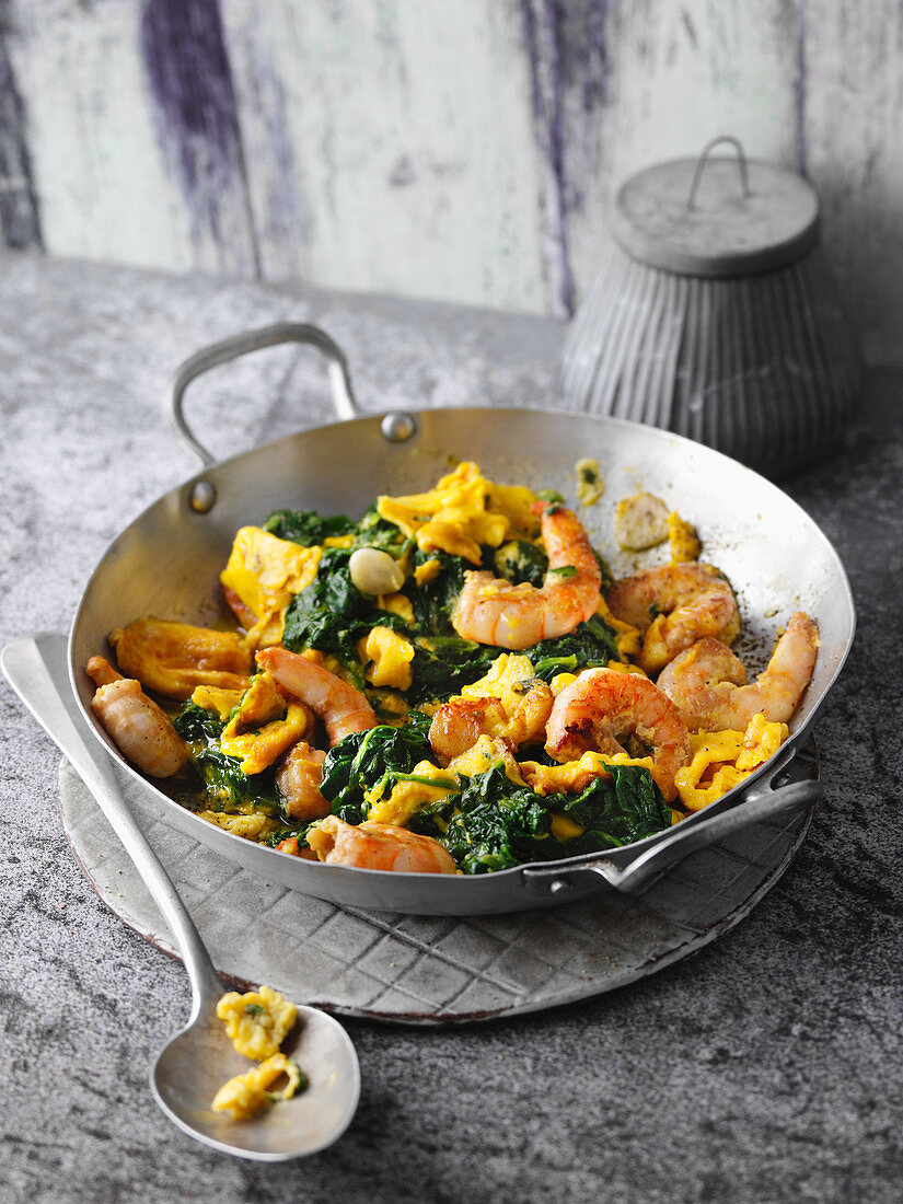 Spinach scrambled eggs with prawns