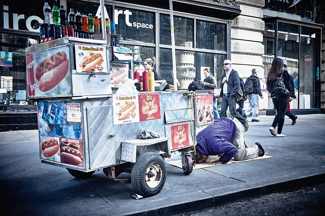 A hot dog stand in New York