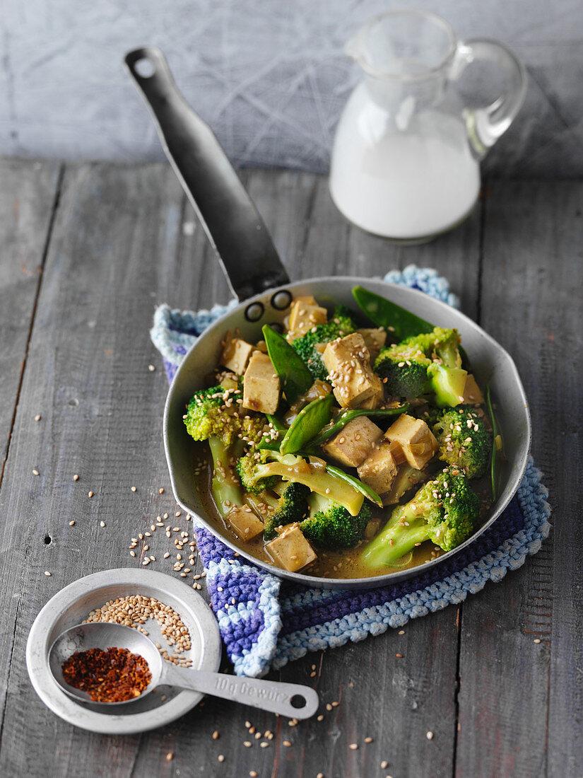 Schnelle Tofu-Gemüse-Pfanne mit Kokosmilch und Sesam