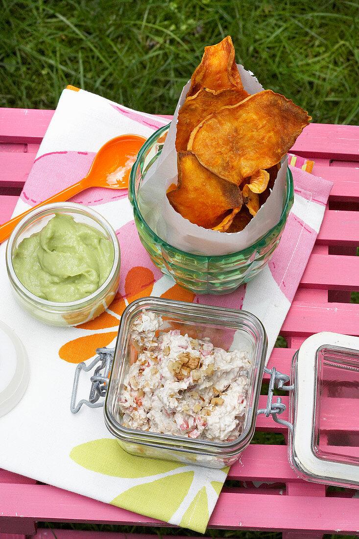 Süsskartoffelchips mit Dips zum Picknick