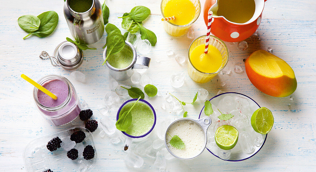 Smoothies with blackberries, basil, mango and apple