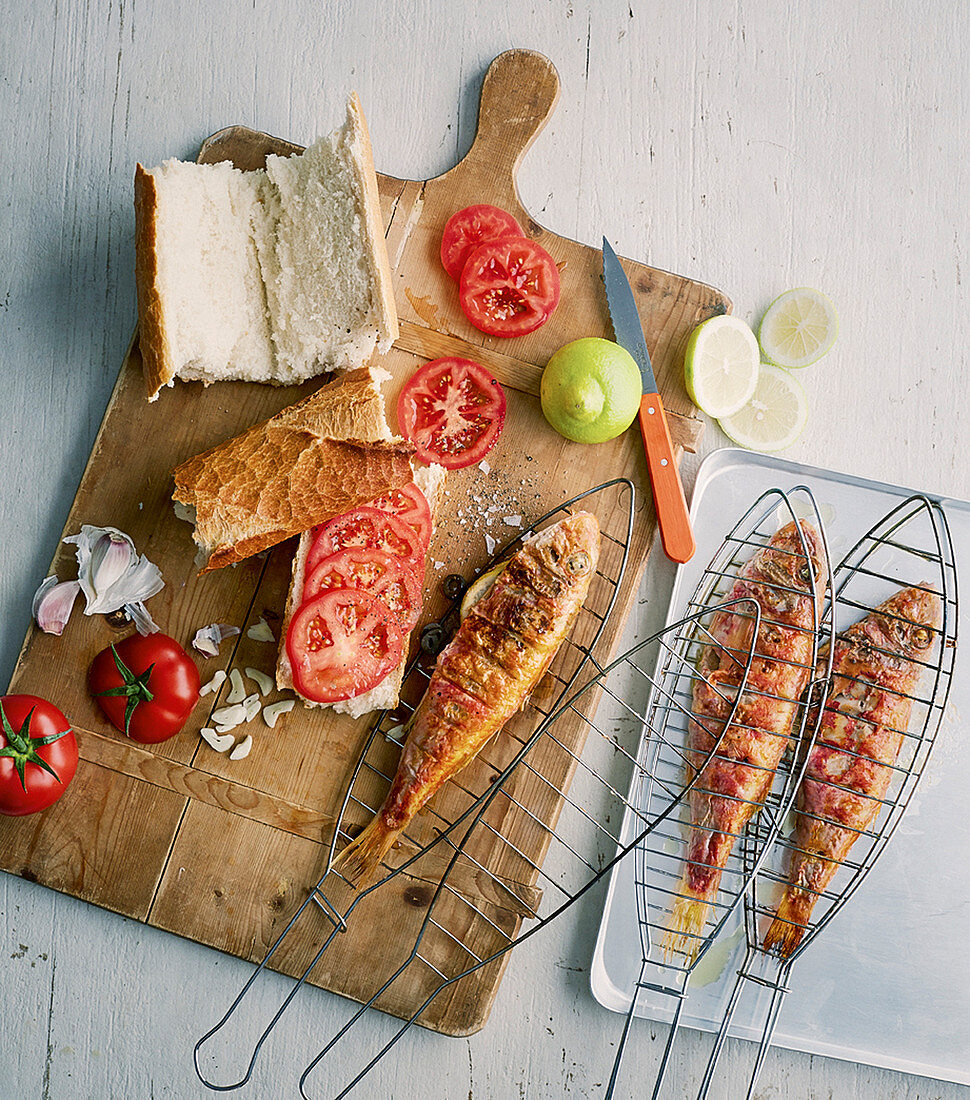 Grilled red mullet with tomato baguette
