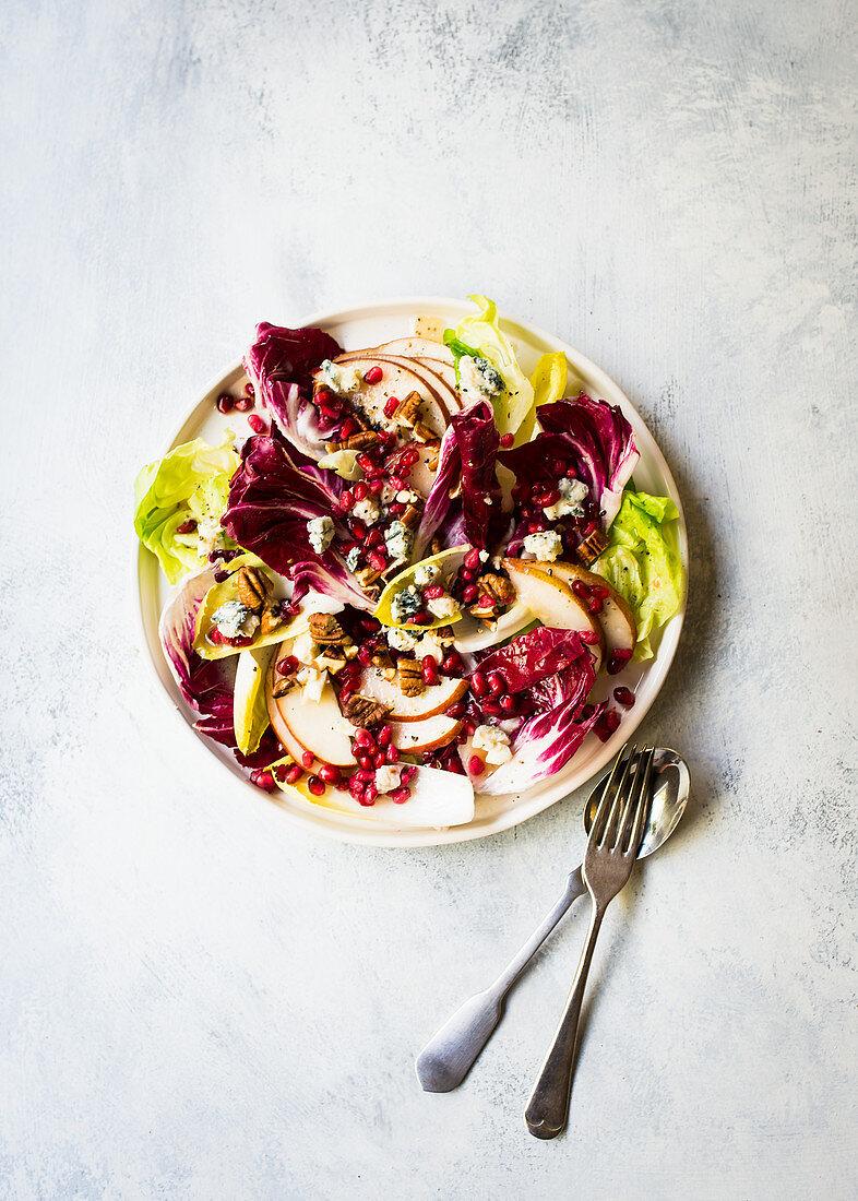 Radicchiosalat mit Chicoree, Birnen, Gorgonzola und Granatapfelkernen