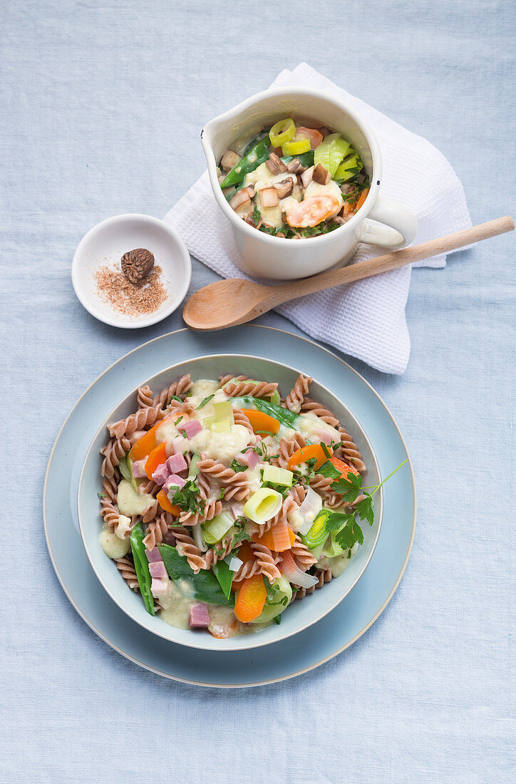 Mixed vegetables with wholemeal pasta and a ham cream sauce