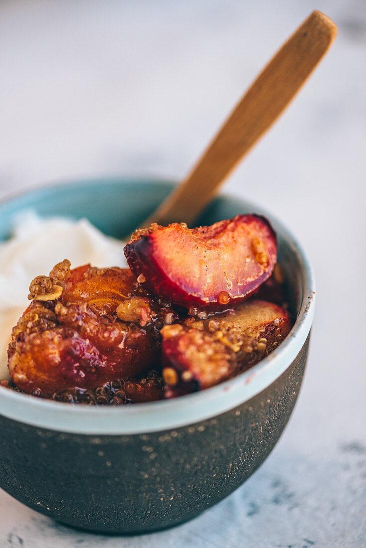 Aprikosen-Pflaumen-Crumble mit Quinoa und Haferflocken