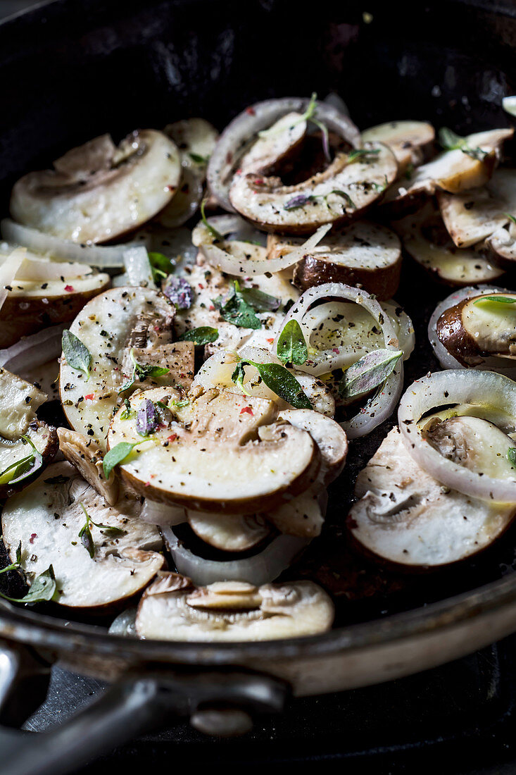 Chapigno mushrooms with onion and spices