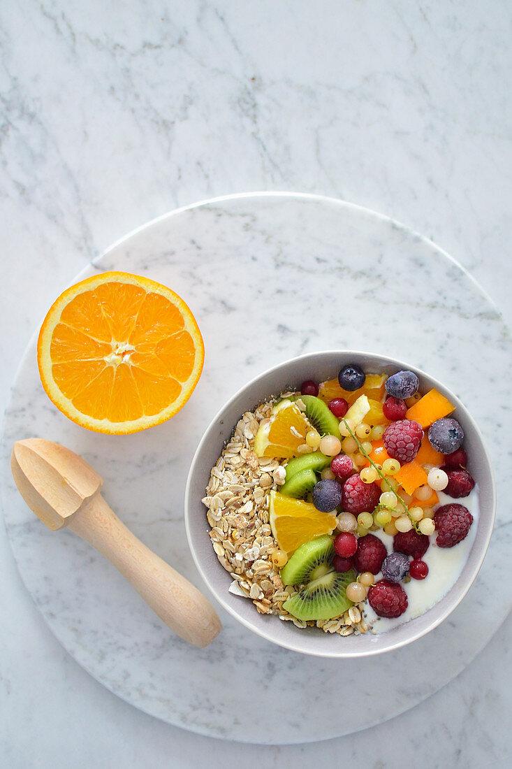 Joghurtmüsli mit Haferflocken und Früchten