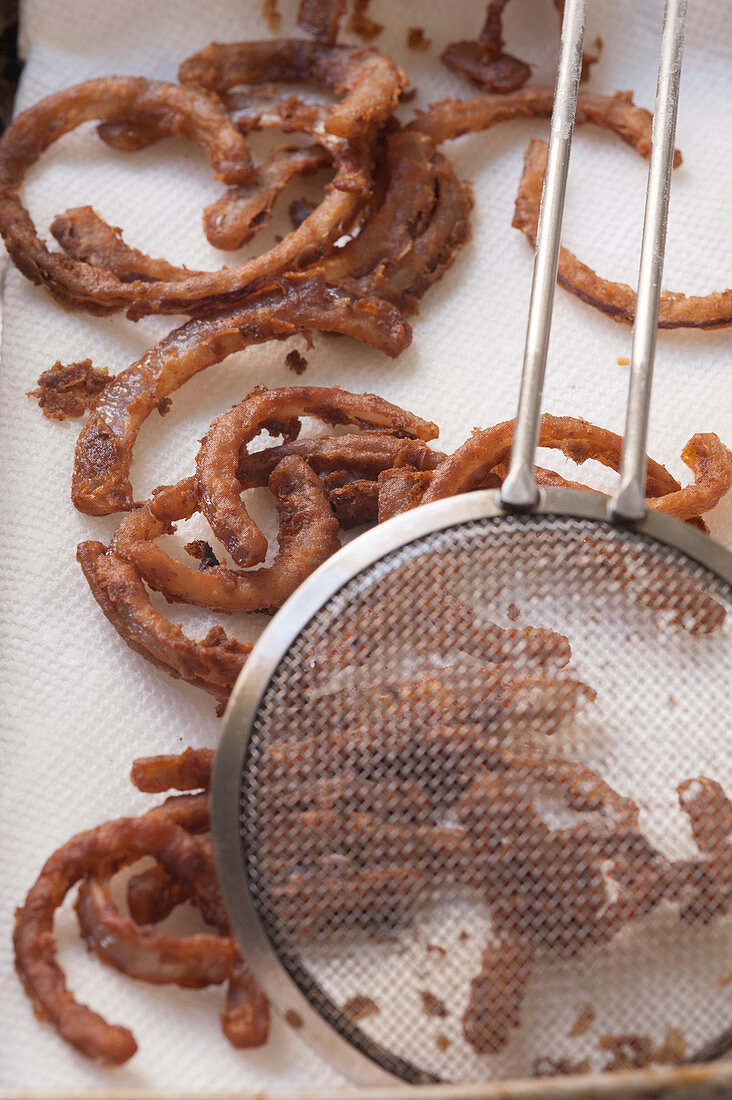 Spicy fried onion rings with honey