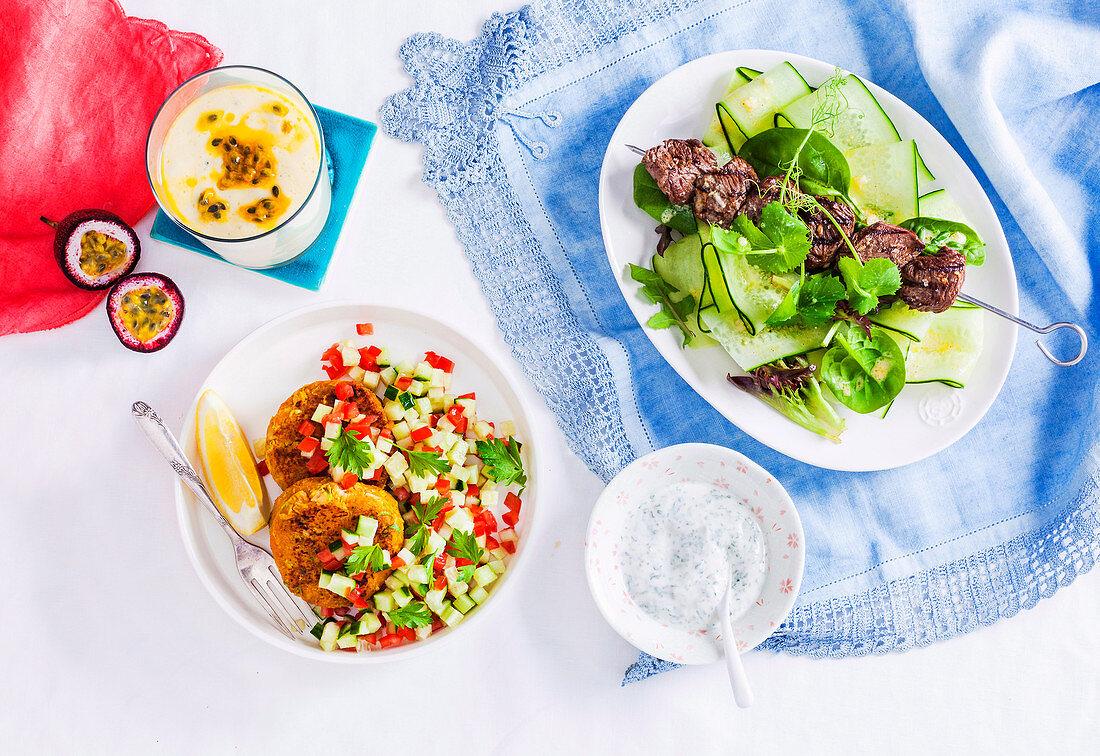 Mango-Passionsfrucht-Smoothie, Süsskartoffel-Thunfisch-Puffer und Känguruhspiess mit Minzjoghurt
