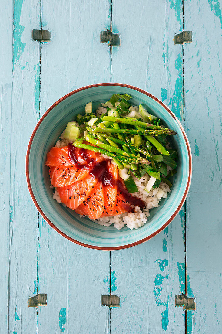Poke bowl with salmon sashimi, sushi rice, bok choy and Thai asparagus (Hawaii)