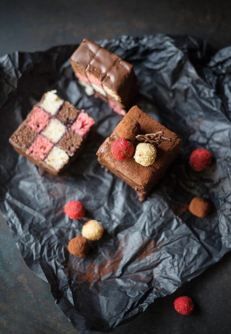Strawberry, banana and chocolate cake with dark chocolate icing and sponge pralines (vegan)