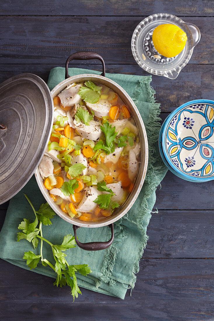 Orientalisches Huhn mit Gemüse in Zitronenbrühe