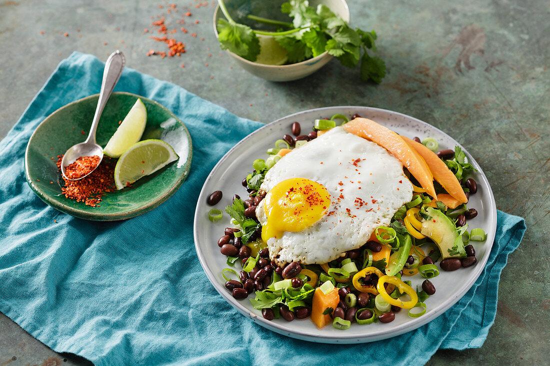 Chilli-Bohnen-Salat mit Spiegelei (Low Carb)
