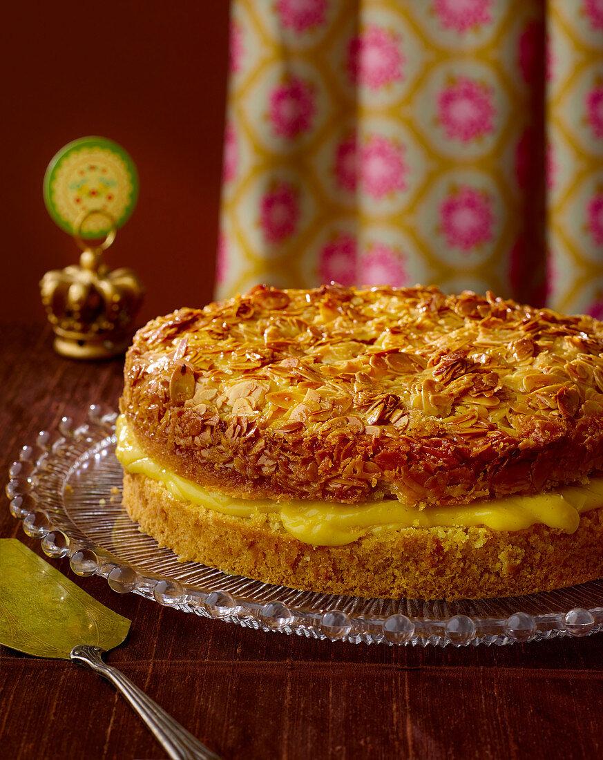 Caramelised almond cake with vanilla cream