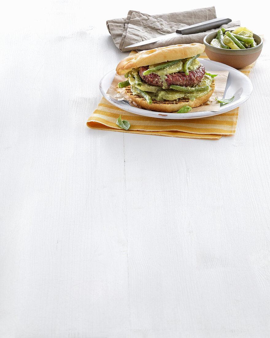 Fassona-Burger mit Kartoffeln, Pesto und grünen Bohnen (Italien)