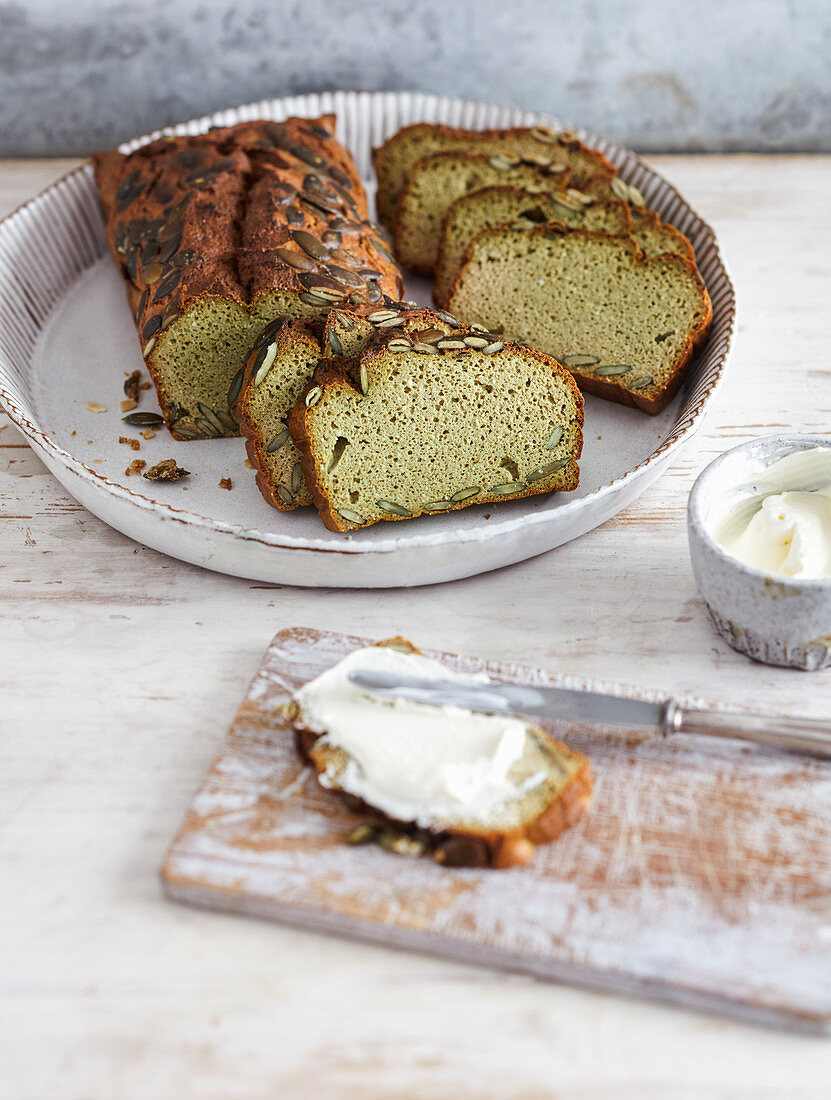 Pumpkin seed bread with cream cheese (low carb)