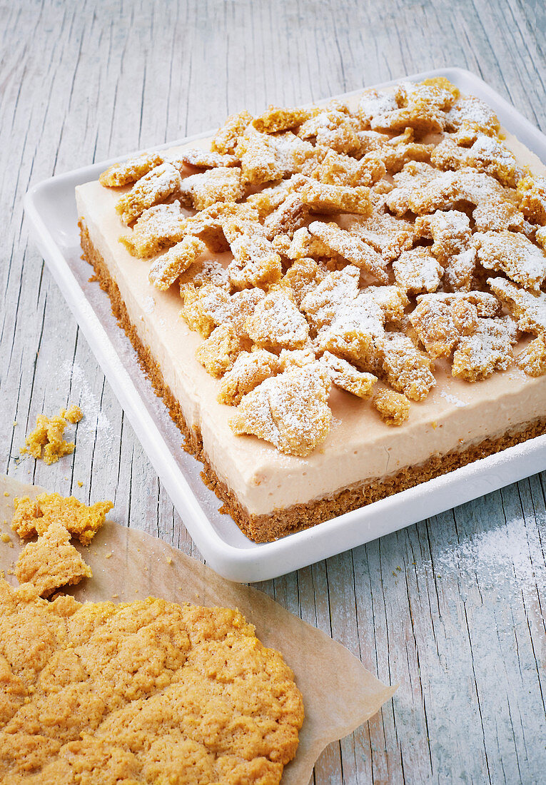 Crumble slices with sea buckthorn and sour cream