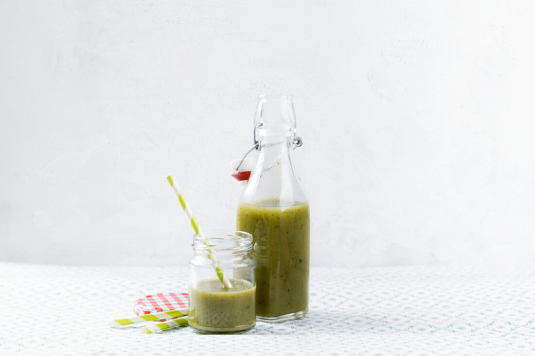 Low-carb green vegetable smoothie