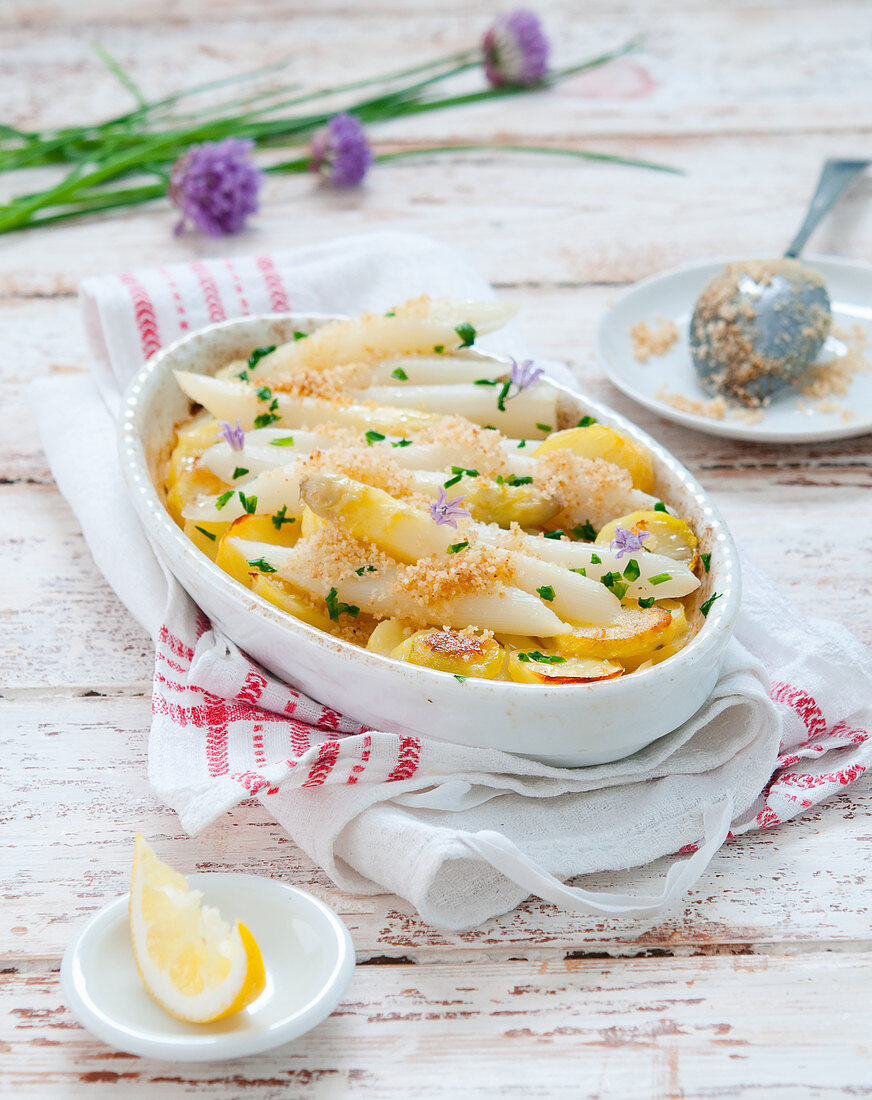 Spargel-Kartoffel-Gratin mit Schnittlauchblüten