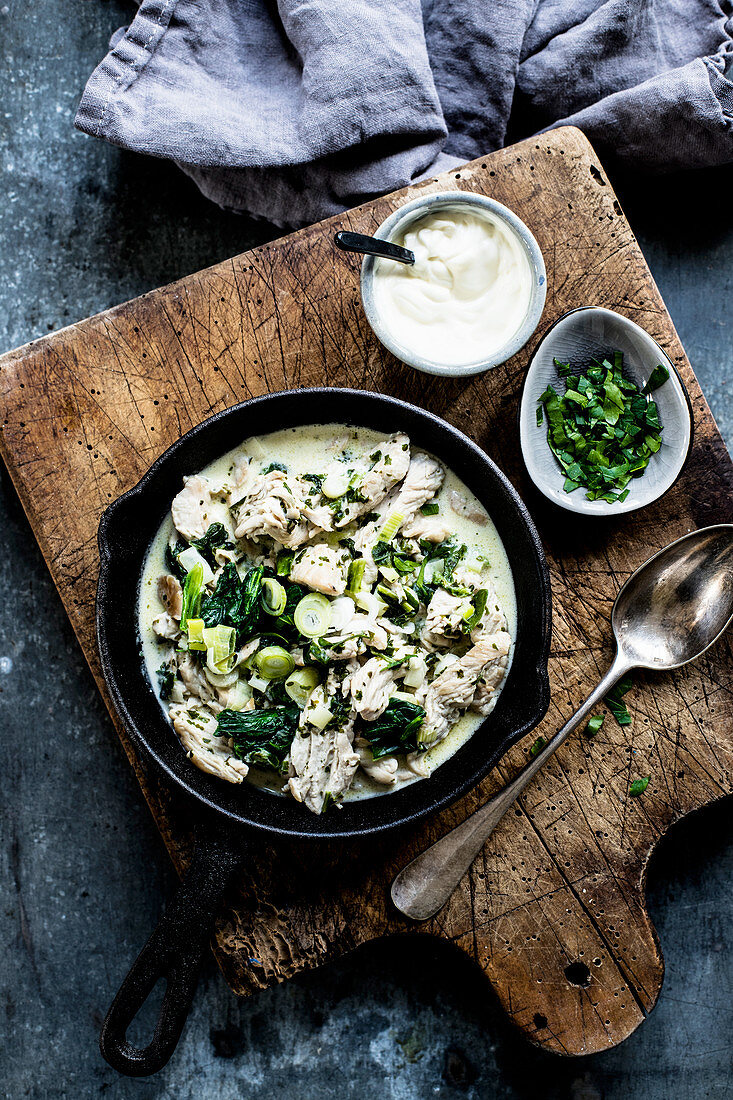 Turkey with spinach, spring onions, parsley and sour cream