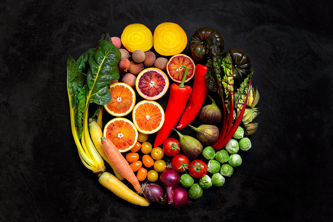 Various types of fruit and vegetables arranged in a circle