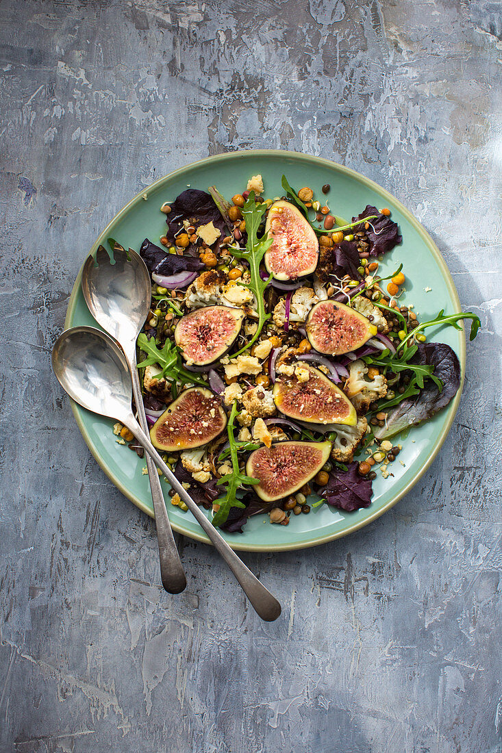 Salad with figs, rocket, legumes, cauliflower and cheese