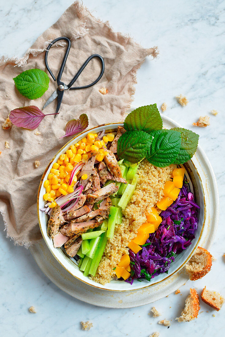 A healthy salad bowl with quinoa, chicken and vegetables