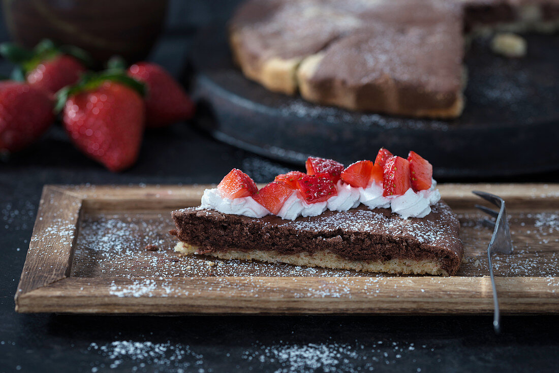 Pound cake with soy cream and strawberries (vegan)