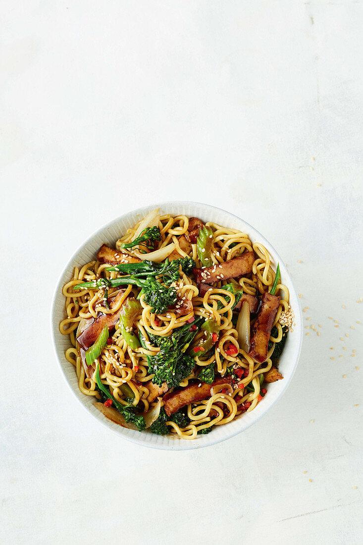 Vegetarisches Chow Mein mit Brokkolini