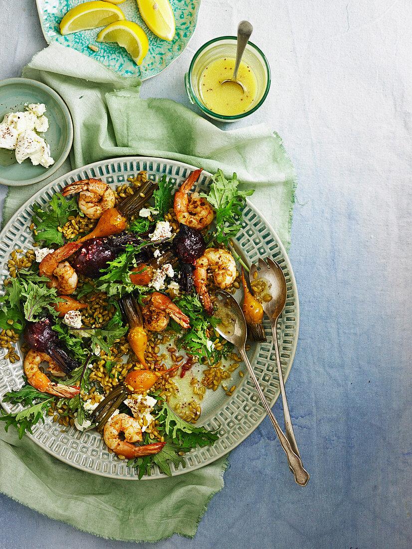 Salat mit Garnelen, Faro, roter und gelber Bete und Kohl