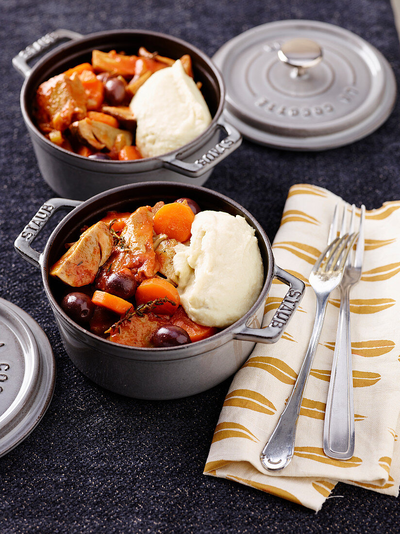 Vegan ragout with Muscolo di Grano (meat substitute), vegetables and olives