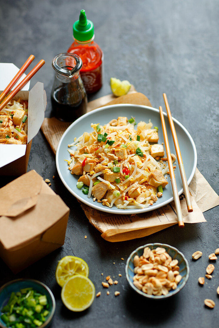 Pad thai with chicken and tofu