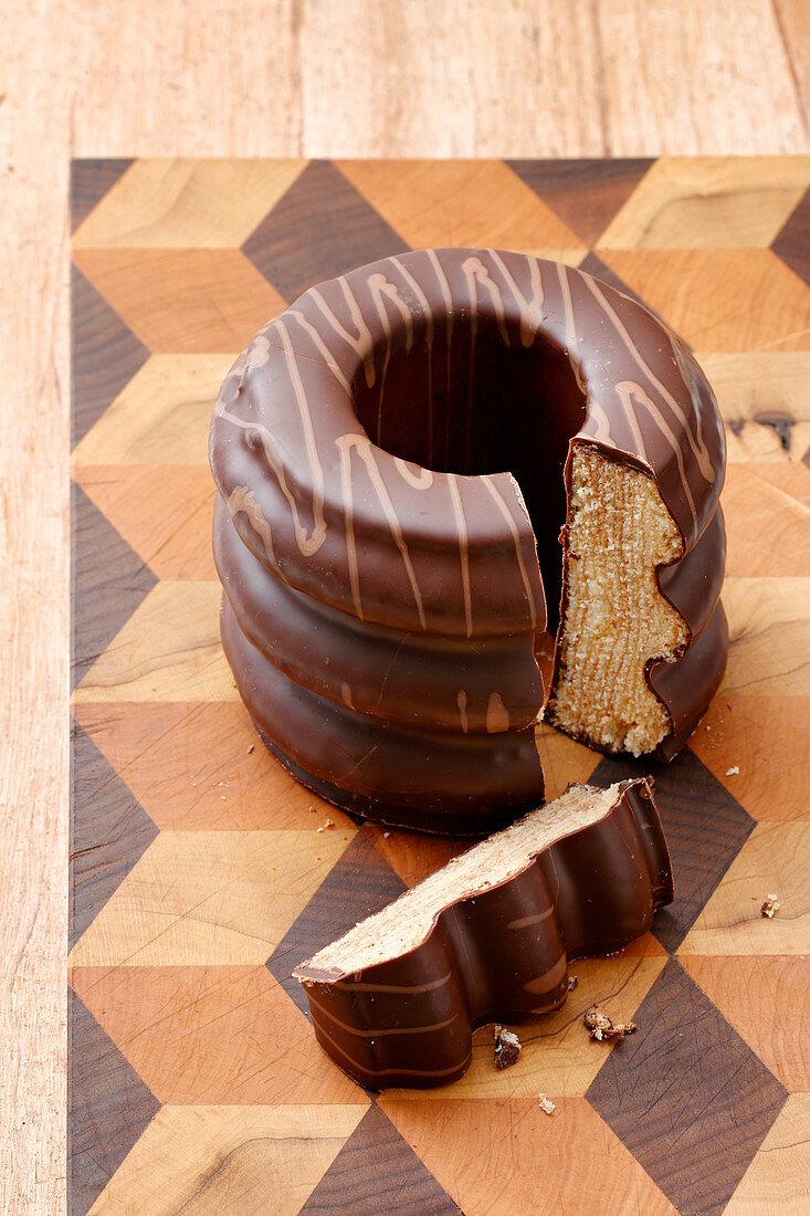 Baumkuchen mit Schokoladenglasur, angeschnitten