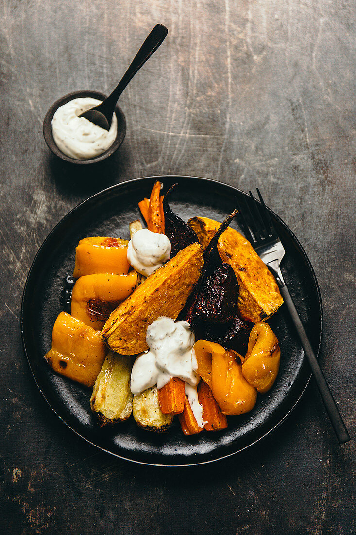 Baked and grilled vegetables with yoghurt dressing