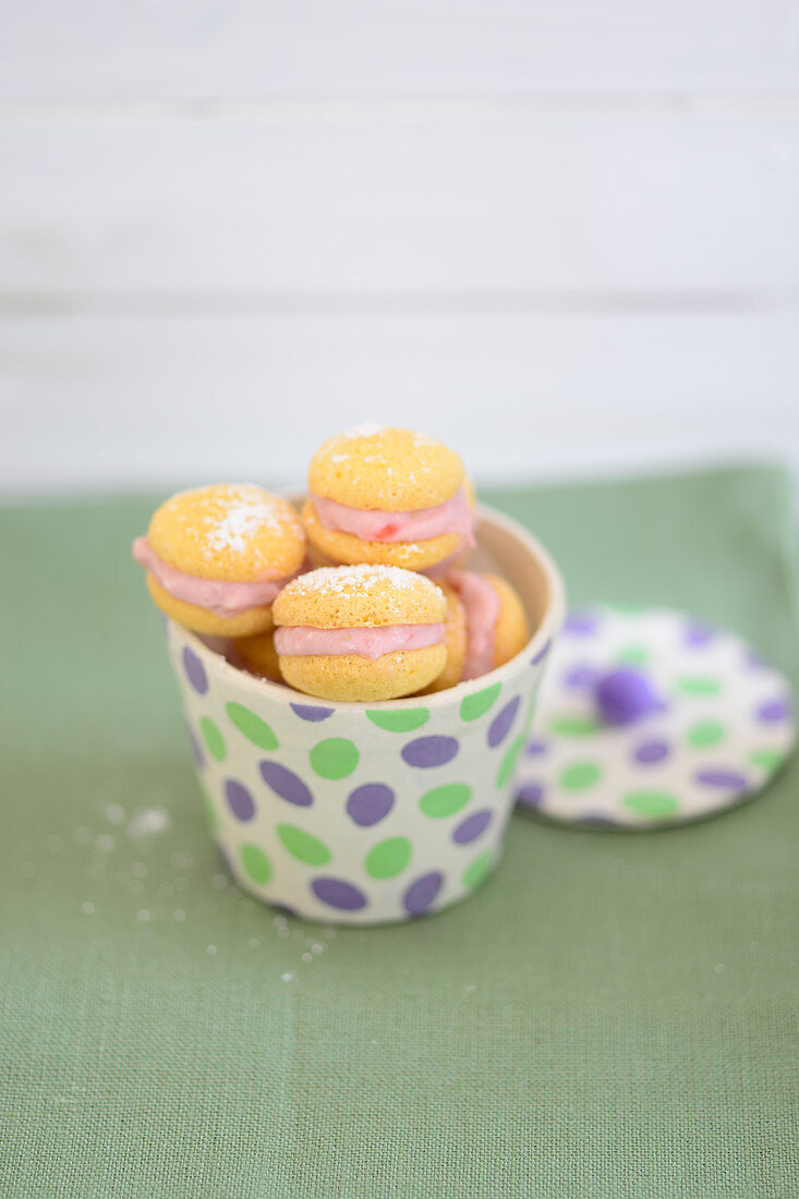 Faux macaroons filled with strawberry and ricotta