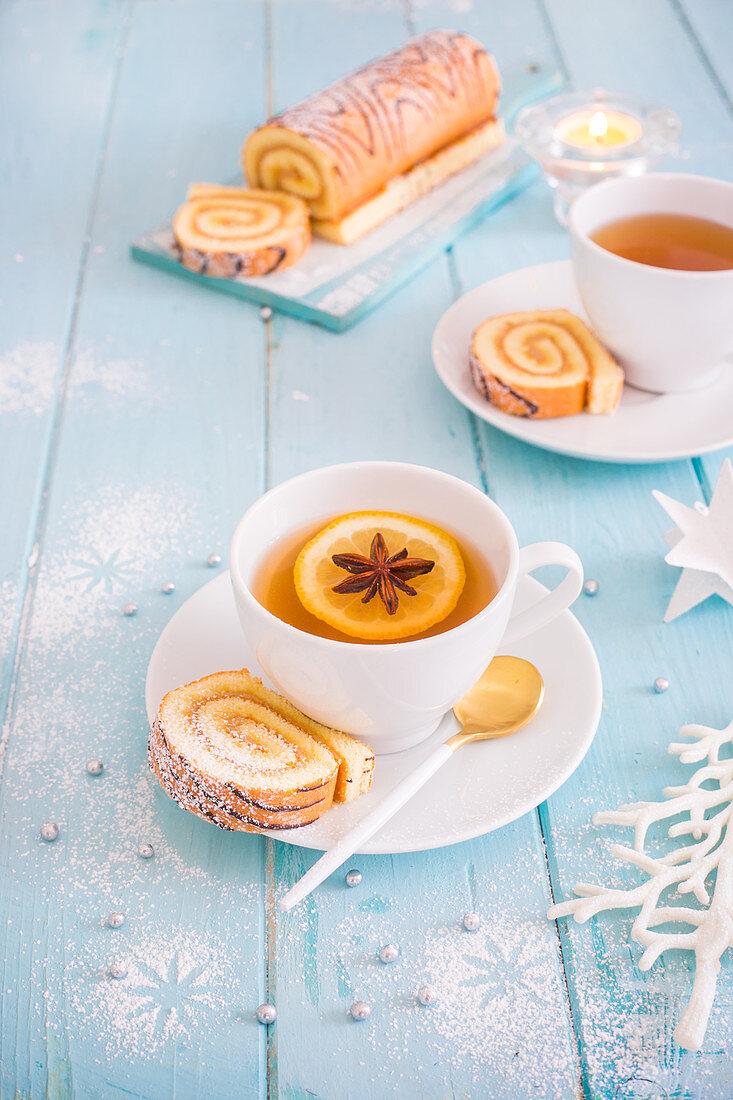 Gewürz-Tee mit Biskuitrolle