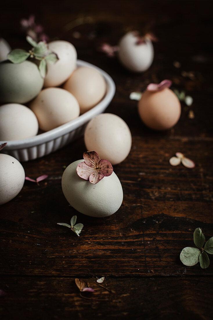Mit Naturfarben gefärbte Eier dekoriert mit Blüten
