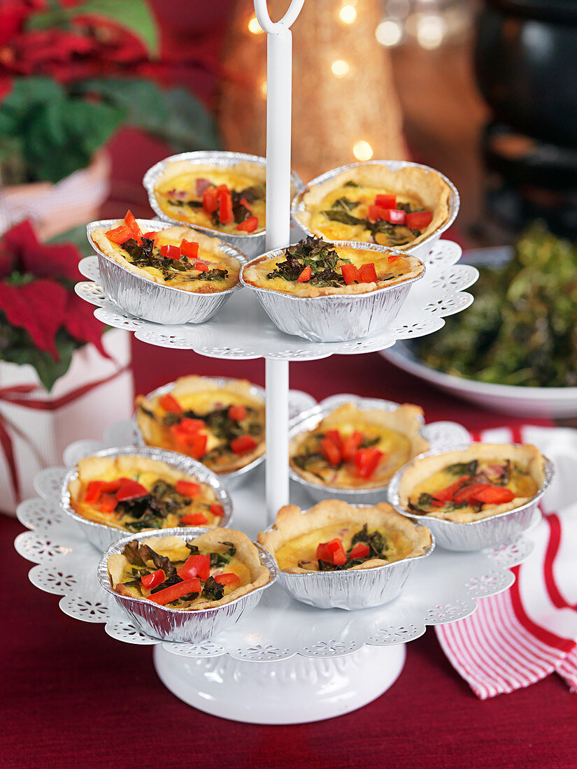 Small cheesepies with kale and red pepper