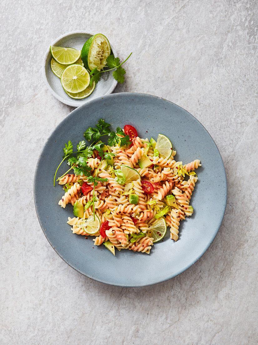Fusilli mit Avocado, Limette, Koriander, Chiliflocken und Caesar-Dressing