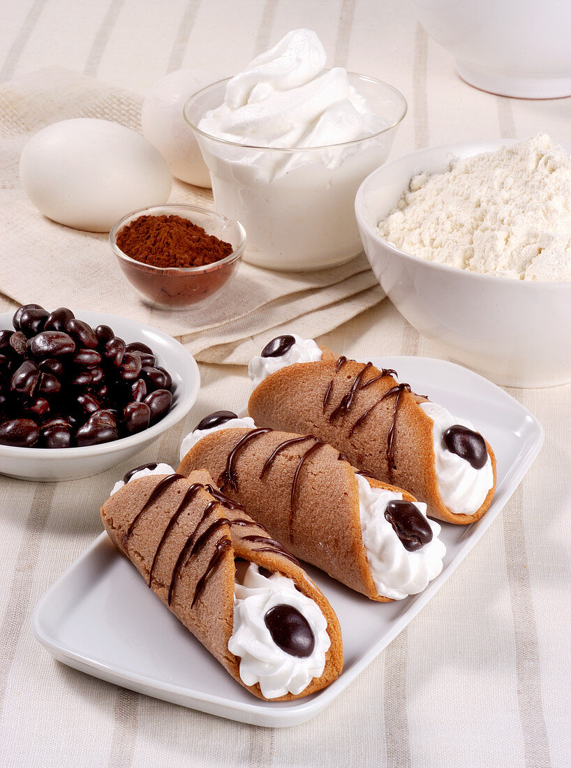 Sweet cannelloni with cream and chocolate (Italy)