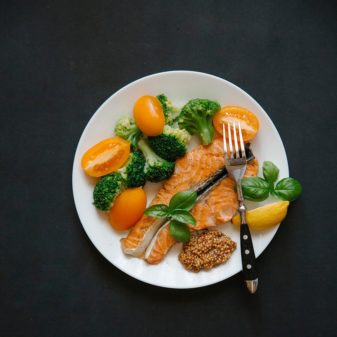 Salmon with broccoli, tomatoes and mustard