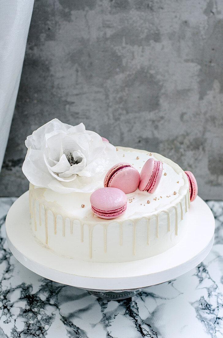 weiße Hochzeitstorte mit rosa Macarons