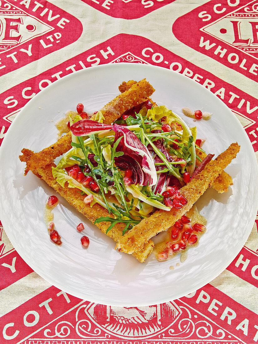 Bittersalate mit Granatapfeldressing und gebackenen Schwarzwurzeln