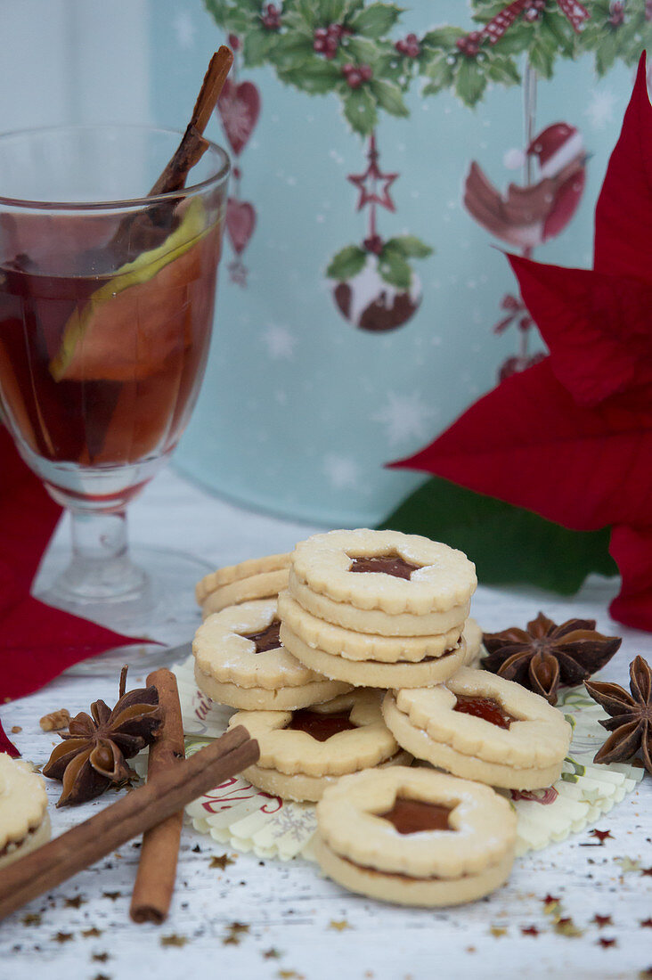 Jam sandwich biscuits, Christmas spices and mulled wine