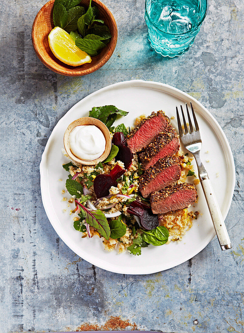 Gegrilltes Dukkah-Lamm mit Rote-Bete-Quinoa-Salat