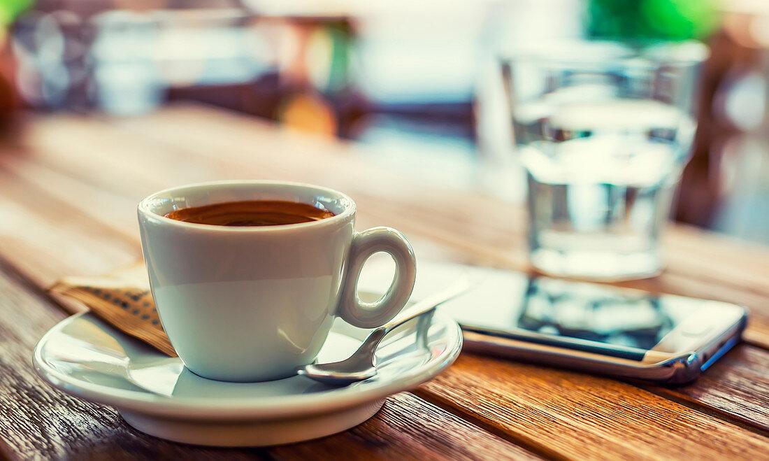 Eine Tasse Kaffee auf Tisch im Cafe